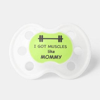 Conseguí los músculos como mamá chupete de bebé