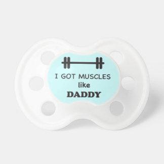 Conseguí los músculos como papá chupete de bebe
