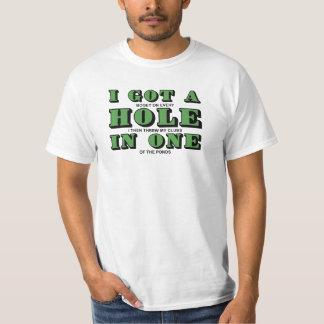 Conseguí un agujero en una camiseta del golf