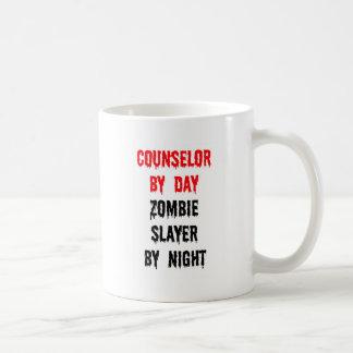 Consejero del asesino del zombi del día por noche taza