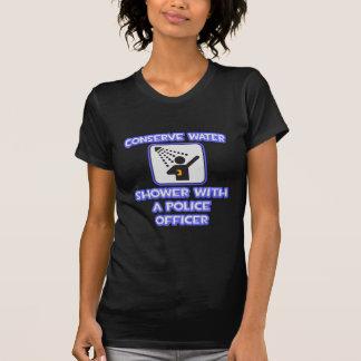 Conserve el agua Ducha con un oficial de policía Camiseta