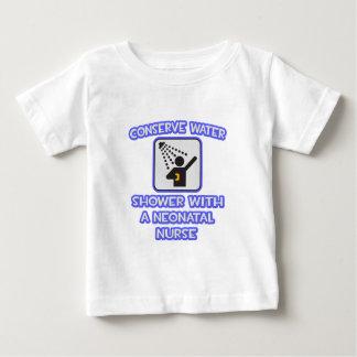 Conserve el agua. Ducha con una enfermera neonatal T Shirts