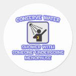 Conserve el agua. Riegue w alguien. Menopausia Etiqueta Redonda