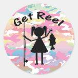 Consiga el carrete - niñas pesca etiqueta redonda