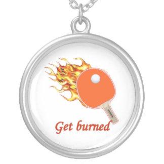 Consiga el ping-pong llameante quemado collar plateado