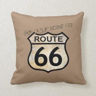 Consiga sus retrocesos en la ruta 66 cojín decorativo