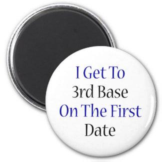 Consigo a la tercera base la primera fecha imán redondo 5 cm