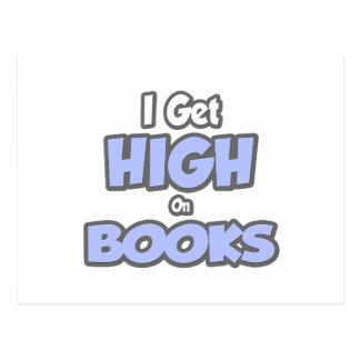 Consigo alto en los libros tarjeta postal