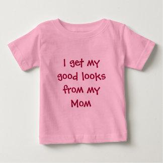 Consigo mis buenas miradas de mi mamá playera para bebé