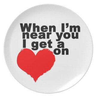 Consigo un corazón en tarjeta del día de San Plato De Comida