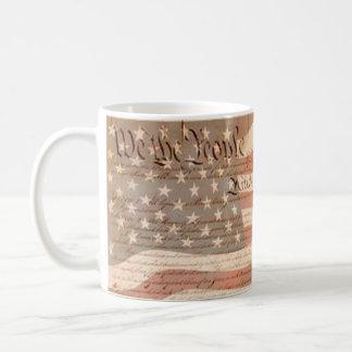 Constitución y la bandera americana patriótica taza básica blanca