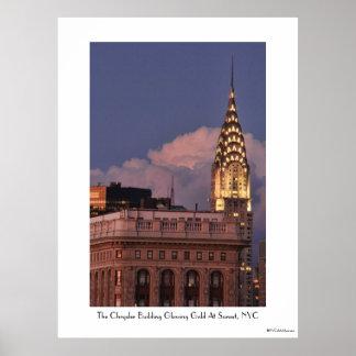 Construcción de NYC Chrysler encendida en oro con  Impresiones