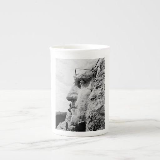 Construcción del monte Rushmore Tazas De Porcelana