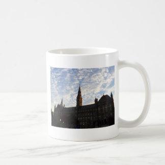 Construcción y cielo hermosos de escuelas taza de café