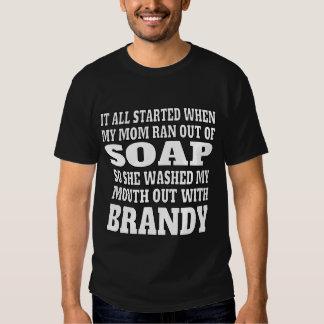 Consumición del brandy de los hombres polera