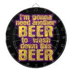 Consumición divertida de la cerveza tabla dardos