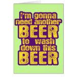 Consumición divertida de la cerveza tarjeton