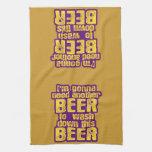 Consumición divertida de la cerveza toalla de mano
