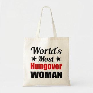 Consumición divertida de la mujer más hungover del bolsa