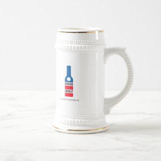 Consumición liberalmente de la cerveza Stein Taza
