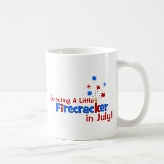 Contando con un pequeño petardo en julio taza de café