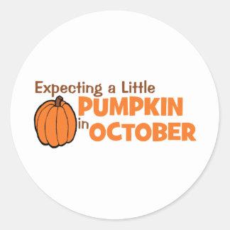 Contando con una pequeña calabaza en octubre pegatina redonda