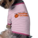Contando con una pequeña calabaza en octubre camiseta de perro