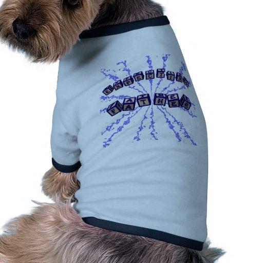 Contar con bloques del juguete del padre en azul camiseta con mangas para perro