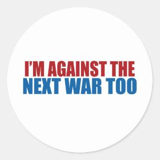 contra la guerra siguiente también pegatina redonda