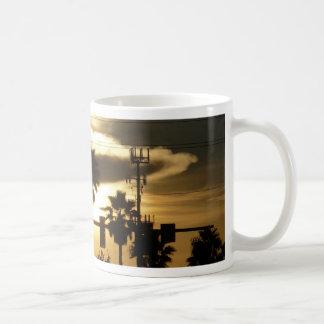 Contra un cielo de oro taza