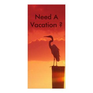 Contra un cielo rojo diseño de tarjeta publicitaria