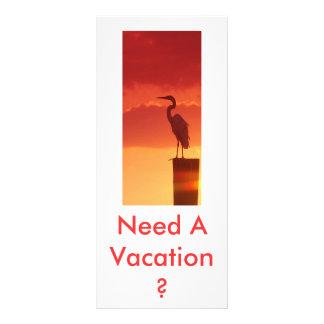 Contra un cielo rojo tarjeta publicitaria a todo color