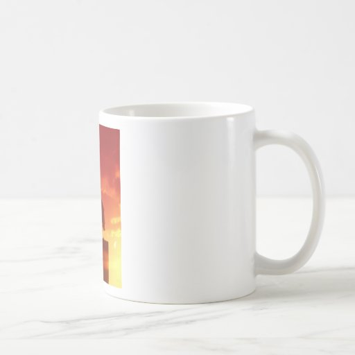 Contra un cielo rojo tazas de café