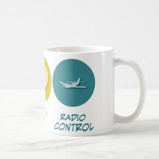 Control de radio del amor de la paz tazas de café