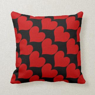 Conveniente - corazones rojos coralinos en negro cojín