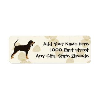 Coonhound negro y del moreno en las hojas del etiquetas de remite