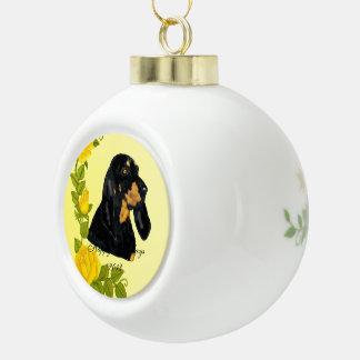 Coonhound negro y del moreno y rosas amarillos adorno de cerámica en forma de bola