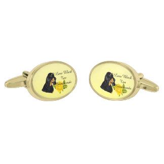 Coonhound negro y del moreno y rosas amarillos gemelos dorados