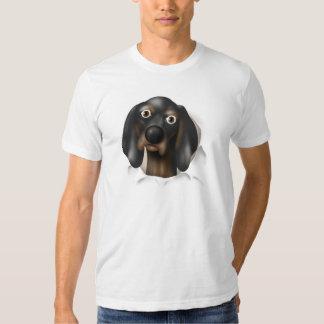 Coonhound (negro y moreno) que revienta hacia remeras