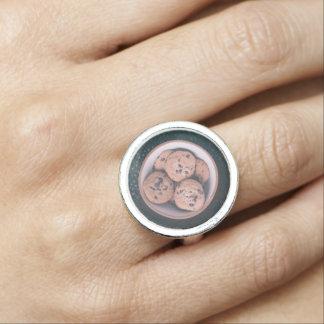 Coookies del microprocesador de chocolate en una anillos con foto