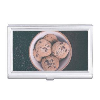Coookies del microprocesador de chocolate en una cajas de tarjetas de presentación