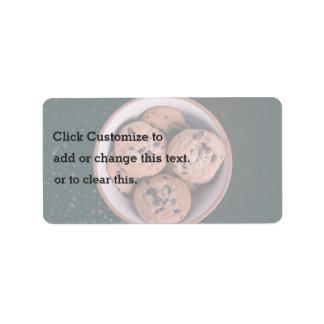 Coookies del microprocesador de chocolate en una etiqueta de dirección