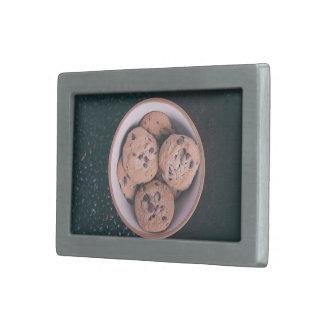 Coookies del microprocesador de chocolate en una hebillas de cinturón rectangulares