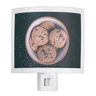 Coookies del microprocesador de chocolate en una luz de noche