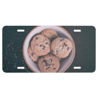 Coookies del microprocesador de chocolate en una placa de matrícula