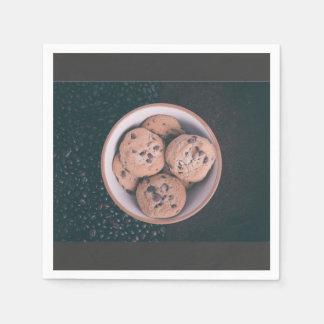 Coookies del microprocesador de chocolate en una servilleta desechable