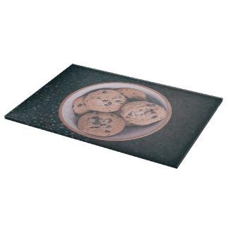 Coookies del microprocesador de chocolate en una tablas para cortar