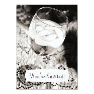 Copa de vino con la invitación del agua helada