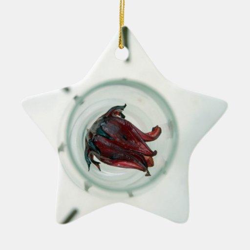 Copa de vino con los pétalos de la flor dentro ornamentos de reyes magos