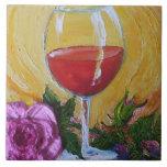 Copa de vino roja y teja color de rosa rosada